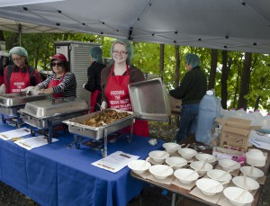 Vassar Food Rescue and local organizations corroborated to serve hundreds of free meals and provide food waste and accessibility education at the Walkway Over the Hudson State Park. Photo courtesy of Joey Weiman